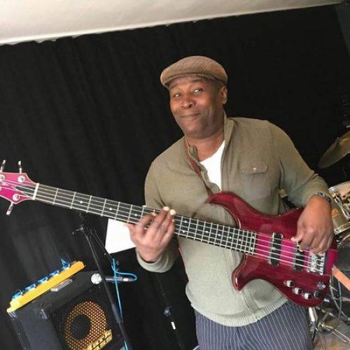 Ntoumba Minka range sa guitare basse et casse sa puissante voix