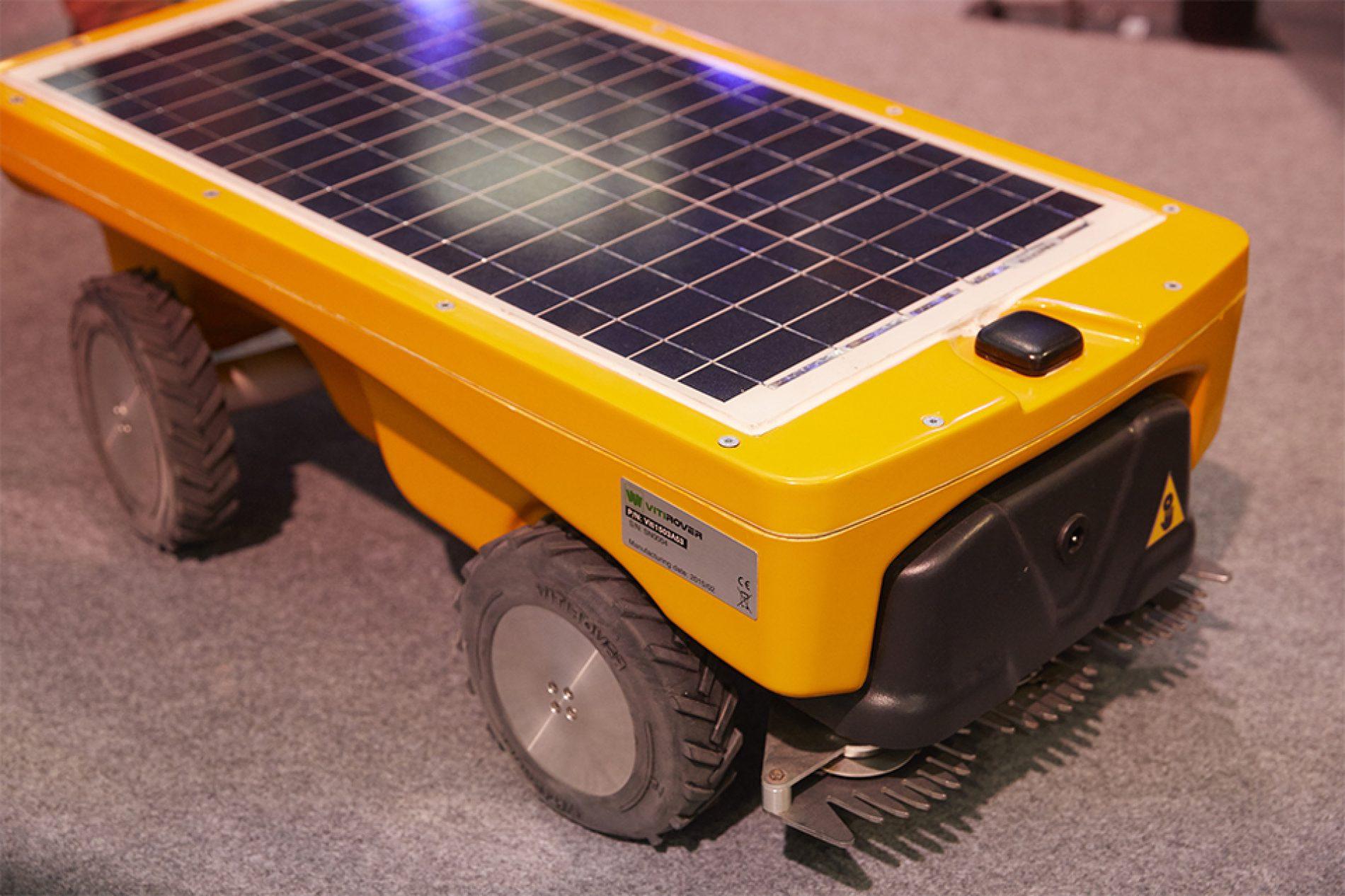 Vitirover : le robot tondeur écologique qui désherbe les voies ferrées